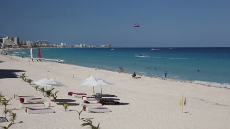 atividades de lazer : Cancun, Mexico - October 5, 2105: Caribbean sandy beach with turquoise water. Peaple having fun on beach with different activities Vídeos
