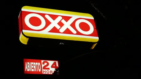 franczyza : CANCUN, MEXICO - 27 November 2015: The OXXO franchise of convenience stores at Zona Hotelera in the evening