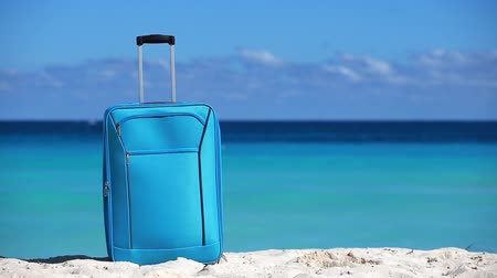 távozás : Suitcase on sandy tropical beach. Vacation concept