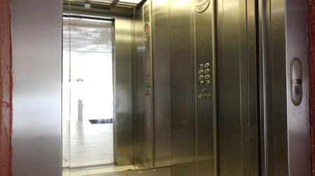 лифт : Elevator is arriving and doors open automatically