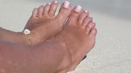 ayak parmakları : Female toe on sandy beach in caribbean sea waves. Tropical vacation Stok Video