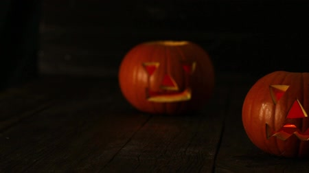 assombro : Scary Halloween Pumpkin carved with a face and glowing in the dark