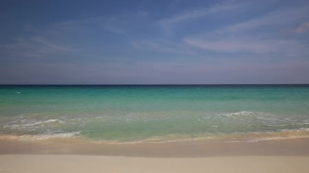 turkuaz : Tropical sandy shore with white sand and turquoise water, Stok Video