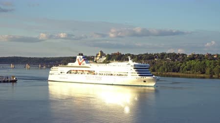 morze bałtyckie : STOCKHOLM, SWEDEN - SEPTEMBER 21, 2016: Tallink cruise liner leaving harbor. It is one of the largest passenger and cargo shipping companies in the Baltic Sea region Wideo