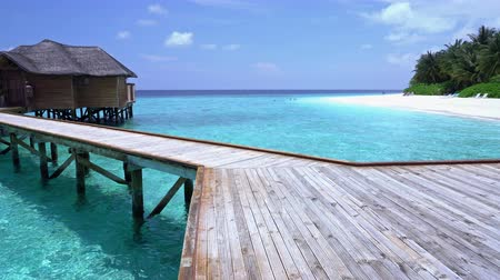 távozás : Pristine beach and water bungalows at maldivian island Stock mozgókép