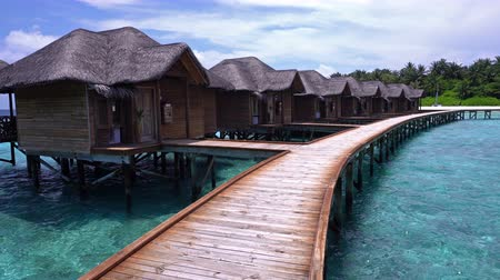 atol : Pristine beach and water bungalows at maldivian island Stock Footage
