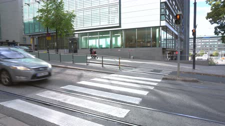 finlandês : City Helsinki street with pedestrian crossing and red traffic light