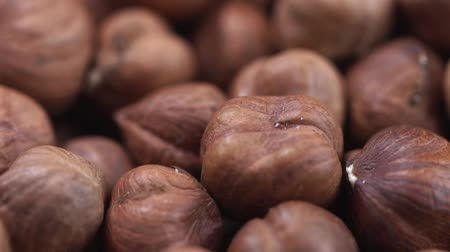 avelã : Hazelnut closeup. Rotating nuts background
