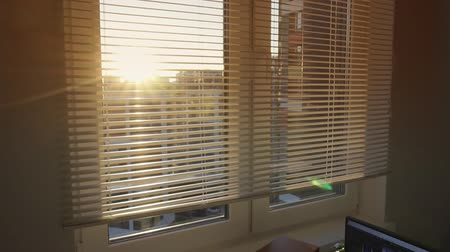 rolety : Open and close blinds on the window