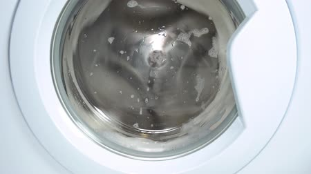 prát : Washing machine washes white clothing and sheets