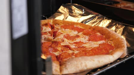 kuchenka : Pizza cooking in modern oven at home