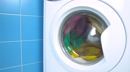 prát : Washing machine washes colored clothing and sheets. Cylinder spinning