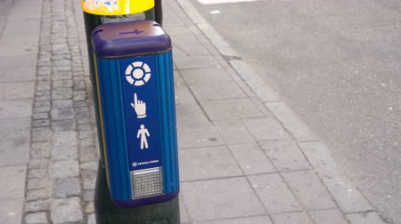 estocolmo : Pedestrian crossing button at the street. People cross the road