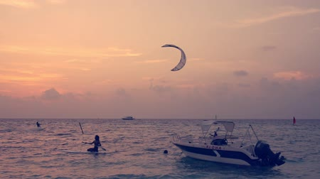 maldivler : Kite surfer riding with kitesurf on sunset Stok Video