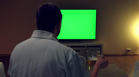 frustração : Watching tv with green screen at home interior