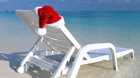 maldivler : Santa Claus helper Hat on sunbed near tropical coastline with turquoise sea water