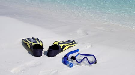 плавники : Swimming mask, fins and tube on white sandy seashore