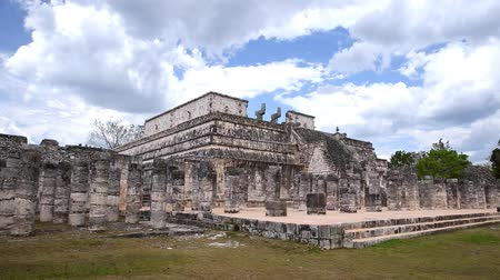 maia : Temple of warriors and a thousand pillars in Chichen Itza, Yucatan Vídeos