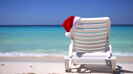 chaise longue : Santa Claus Hat on sunbed near tropical shore