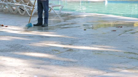 à beira da piscina : Man cleaning swimming pool