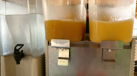 сироп : Dispensers making orange juice at hotel bar Стоковые видеозаписи