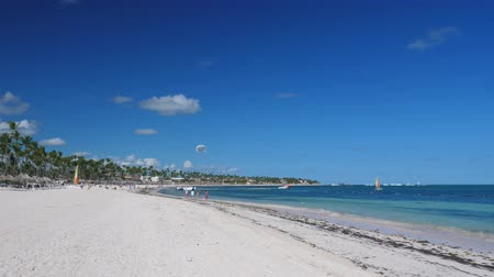 irreconhecível : Caribbean destinations with palm trees on beach and boats in the sea
