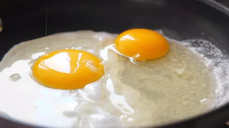 repedt : Pouring egg on frying pan
