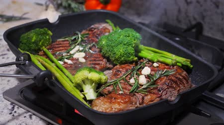 kuşkonmaz : Cooking beef on grill frying pan on gas oven Stok Video