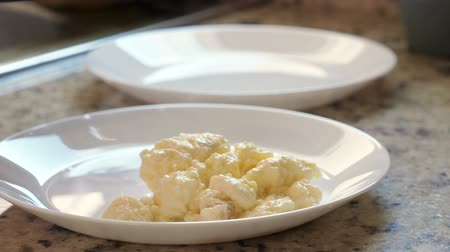 eklemek : Put scrambled eggs on white plate at the kitchen