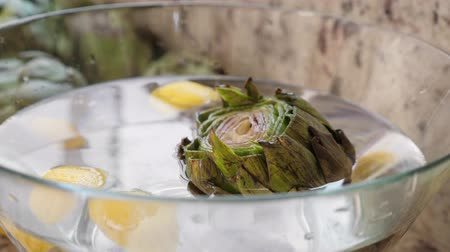 artisjok : Artichokes in glass bowl Stockvideo