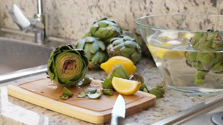 yalan : Artichokes in glass bowl Stok Video