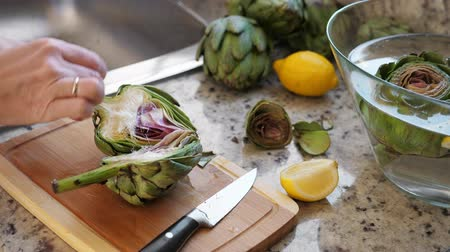 cardo : Woman rub artichokes with lemon Vídeos