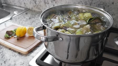 frondoso : Boiling and cooking artichokes in saucepan