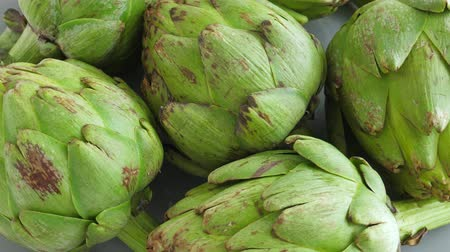 artisjok : Whole fresh artichokes on plate