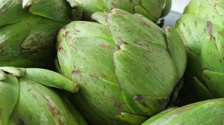 vegetarián : Whole fresh artichokes on plate