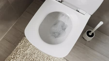 mocz : White toilet bowl in a bathroom. Flush water away Wideo