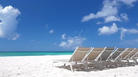 サンベッド : Beach calm scene with sunbeds close to Caribbean sea