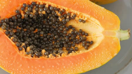 dilimleri : Top view of ripe half cut papaya. Healthy summer food concept with tropical fruits, flat lay