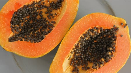 papája : Top view of ripe half cut papaya. Healthy summer food concept with tropical fruits, flat lay