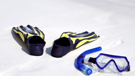 snorkelen : Swimming mask, fins and tube on white sandy seashore