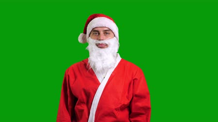narożnik : Santa Claus in red suit pointing up and to the corner on green chroma key background