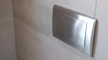 заподлицо : Man push flush button in modern restroom Стоковые видеозаписи