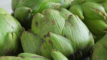cardo : Whole fresh artichokes on plate