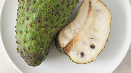 dikenli : Closeup of green soursop graviola, exotic, tropical fruit Guanabana on plate