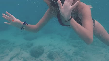 šnorchl : Girl snorkelling (slow motion)