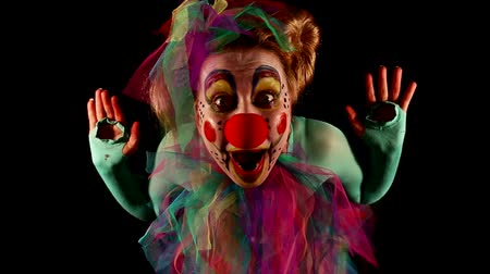 palhaço : funny clown comes and goes in front of black Vídeos