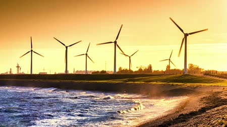 parque eólico : Industrial seashore with wind turbines farm at sunset. Full HD, 1080p Vídeos
