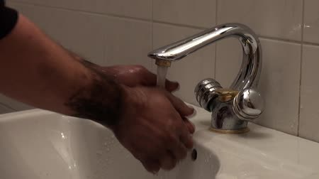 sujo : Dirty hands being washed