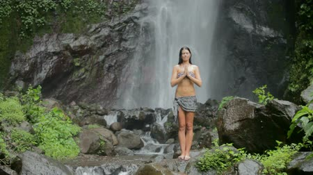 las tropikalny : Beautiful woman feeling good under waterfall in the tropics