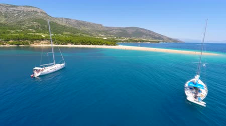 sůl : Aerial view of sandy Zlatni Rat beach, beautiful turquoise sea and yachts in Bol on island of brac, Croatia.